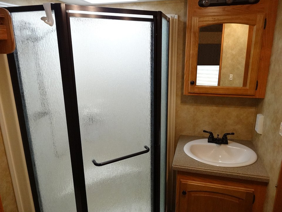 2009 Big Country 5th Wheel Interior View Master Bedroom Ensuite Shower Area